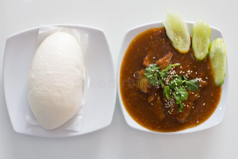Подача плюшки потока с едой красного свинины тайской стоковая фотография