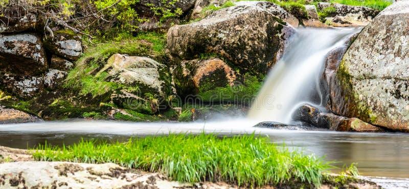 Подача реки горы скалистая Съемка долгой выдержки стоковые изображения rf