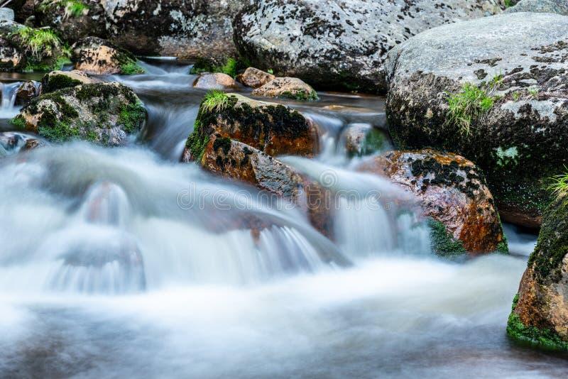 Подача реки горы скалистая Съемка долгой выдержки стоковое изображение
