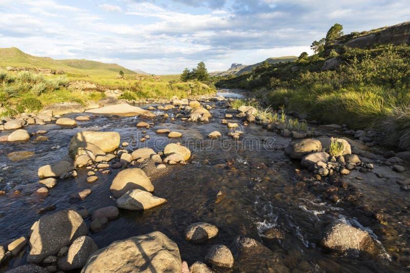 Подача реки между утесами в солнце позднего вечера стоковая фотография