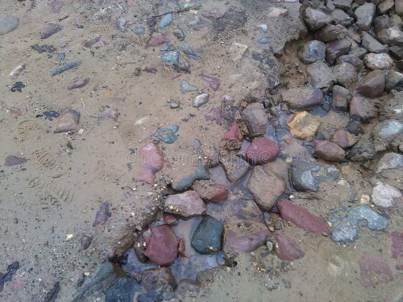 Подачи потока через камешки стоковое изображение rf