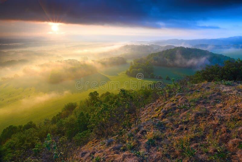 Подвергли действию утесы песчаника с туманом Парк туманной зимы скалистый стоковое фото