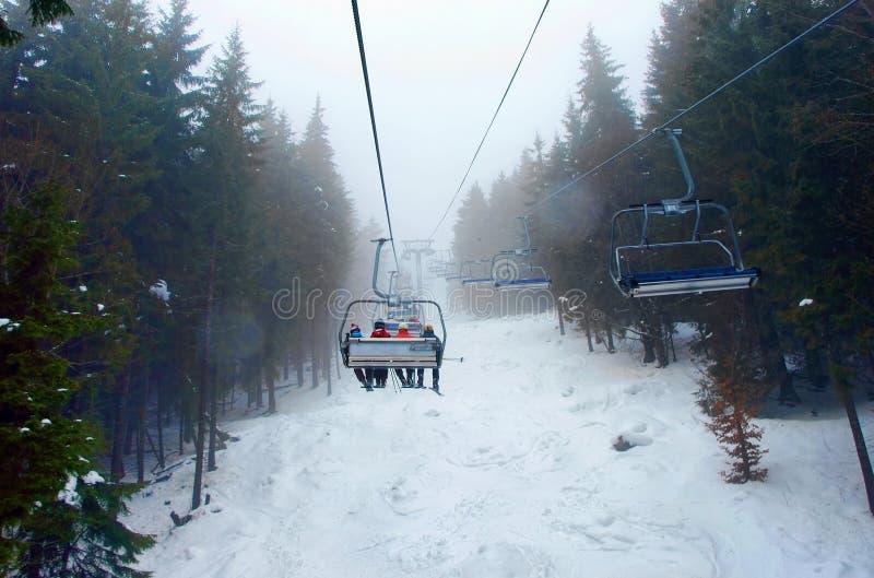 Подвесной подъемник в горах зимы r стоковое фото rf