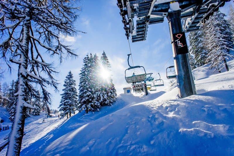 Подвесной подъемник в лыжном курорте стоковое изображение