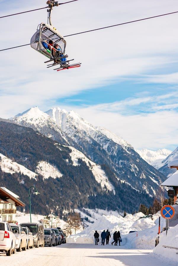 Подвесной подъемник лыжи над Hochwurzen i в Planai & Hochwurzen - катаясь на лыжах сердцем области Шладминга-Dachstein, Штирией,  стоковое изображение rf
