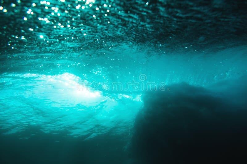 Подводная волна бочонка в океане и солнечности Текстура воды в океане стоковые изображения