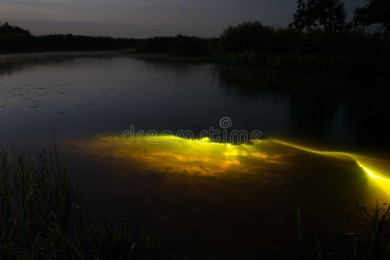Подводное подныривание вечером с электрофонарем Свет от речного дна Полнолуние над туманным рекой Stohid Свет луны на ноче стоковое изображение