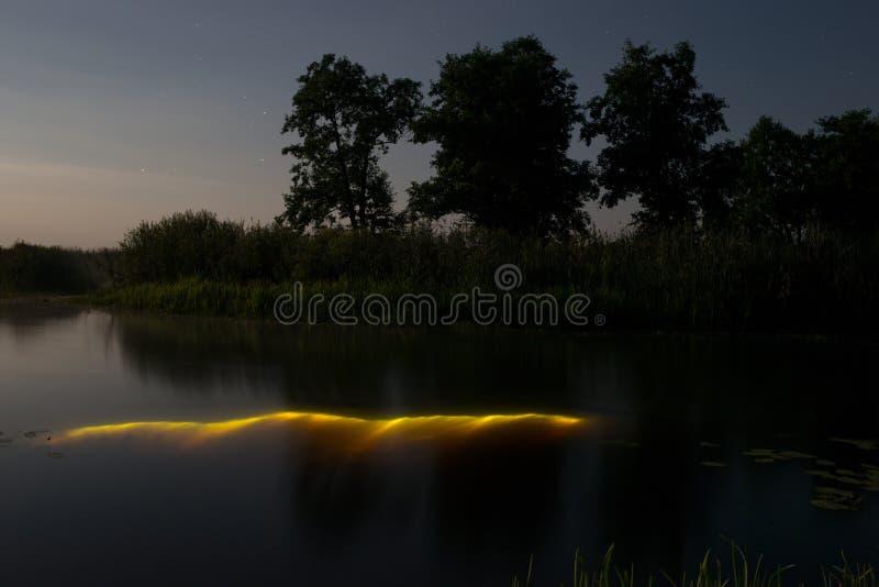 Подводное подныривание вечером с электрофонарем Свет от речного дна Полнолуние над туманным рекой в Volyn Земля света луны вечеро стоковое изображение