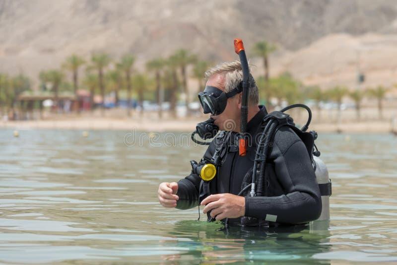 Подводный водолаз в пикированиях основного оборудования перед глубоким подныриванием Уроки подводного подныривания Популярные вод стоковые изображения rf