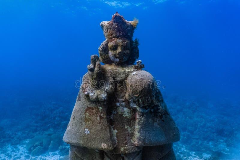 Подводный грот святого ребенка Иисуса в мелком коралловом рифе стоковые фотографии rf