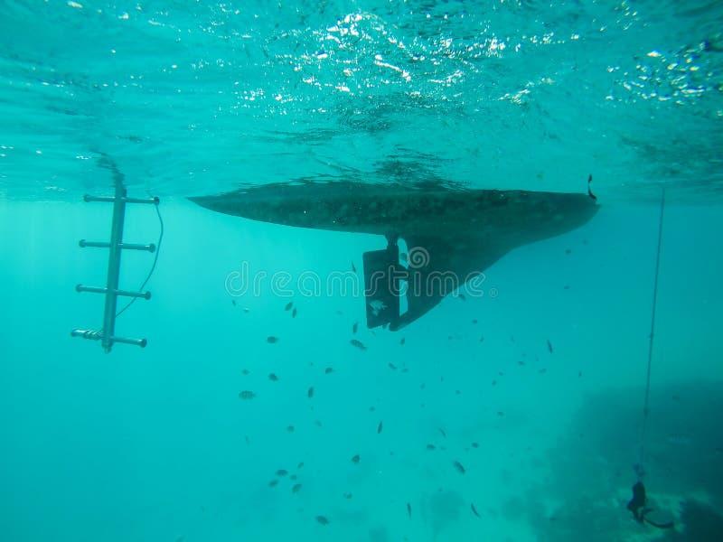 Подводный пропеллер шлюпки в Красном Море в Египте стоковая фотография