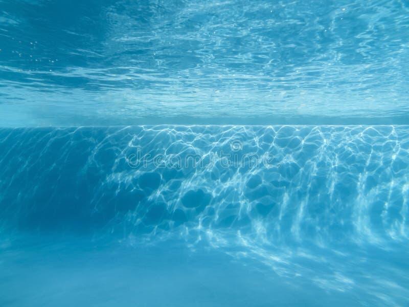 Подводный уступчик плавательного бассеина стоковые фотографии rf