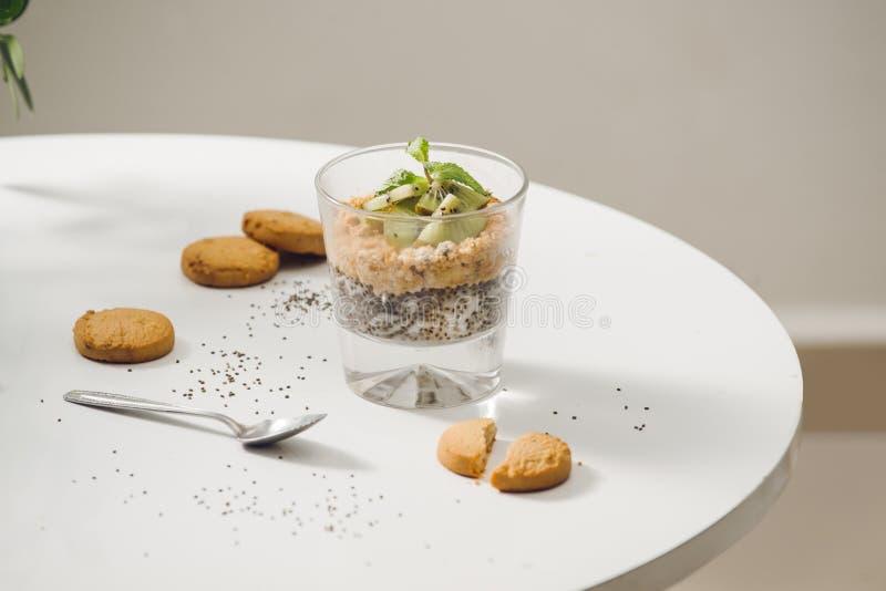 Подготавливайте для еды здоровый питательного завтрака стоковая фотография rf