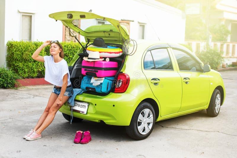 Подготавливайте для того чтобы путешествовать Женщина в зеленом автомобиле перед отключением стоковые изображения rf