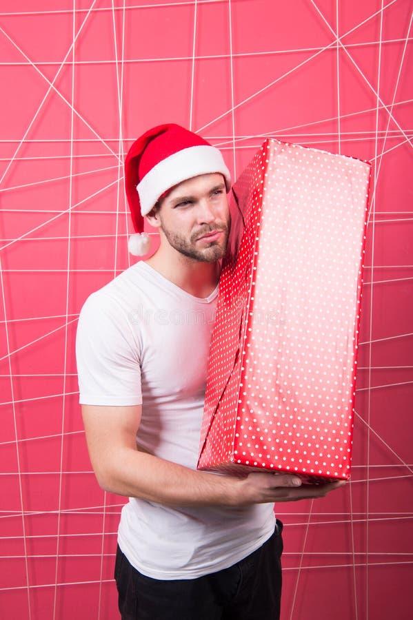 Подготавливайте для того чтобы распаковать ваш подарок Торжество праздника рождества Подарочная коробка владением шляпы santa чел стоковые изображения