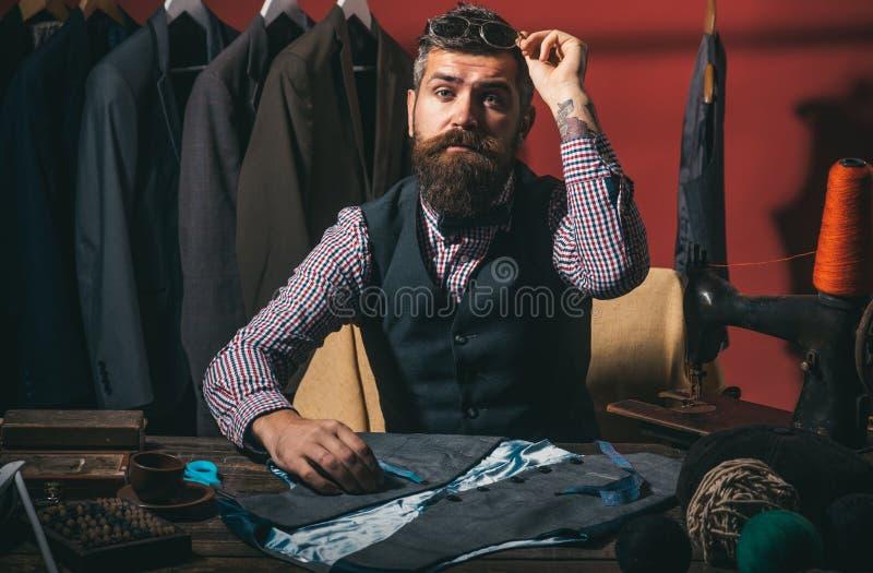 Подготавливайте для того чтобы сделать вашу мечту прийти верно магазин костюма и выставочный зал моды ретро и современная портняж стоковое изображение