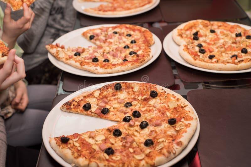 Подготавливать индивидуальные пиццы от бара пиццы Много различных пицц стоковая фотография