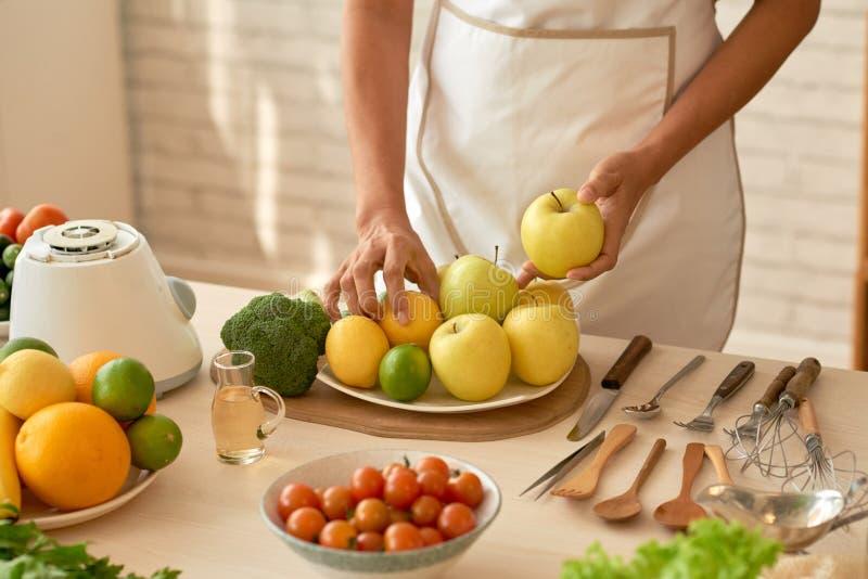 Подготавливать свежий салат сада стоковая фотография rf