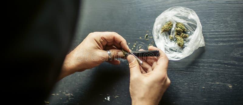 Подготавливать соединение конопли марихуаны Дает наркотики наркотической концепции стоковые фотографии rf