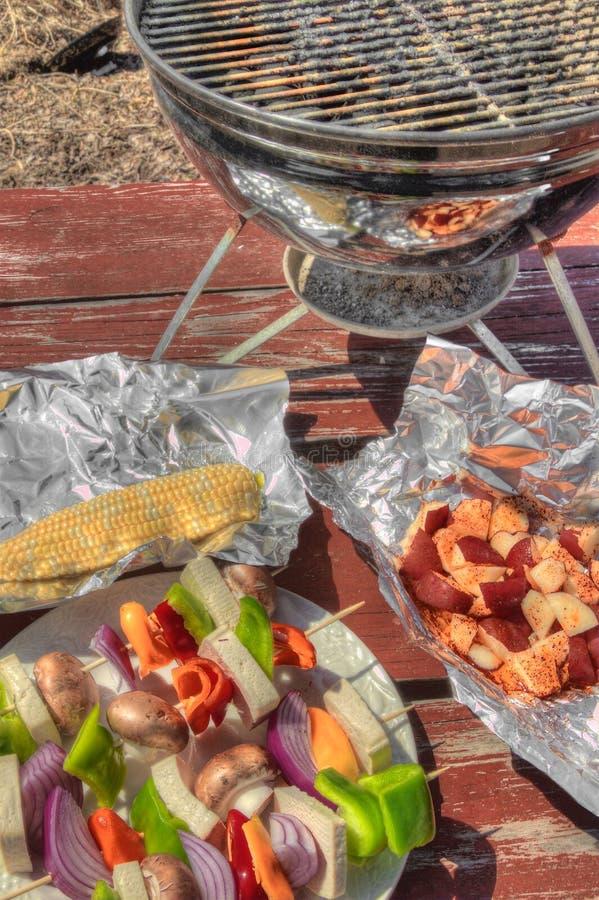 Подготавливают сырцовые овощи и тофу для Kabobs на разделочной доске стоковые изображения rf