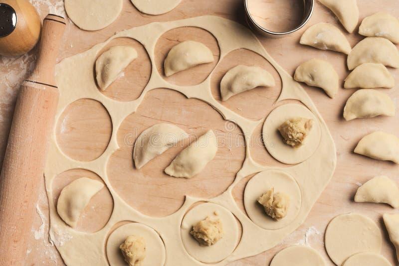 Подготавливающ вареники при картошка, варя русскую еду стоковые изображения