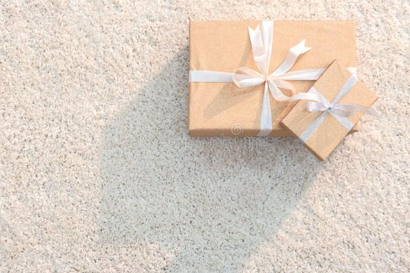 Подготавливающ для Нового Года праздника, рождества, дня рождения, дня Валентайн и других 2 подарочной коробки цвета золота связа стоковая фотография rf