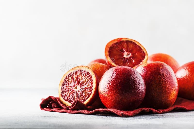 Подготовка апельсинового сока Красные кровопролитные апельсины на серой предпосылке кухонного стола, выборочном фокусе, месте для стоковые изображения