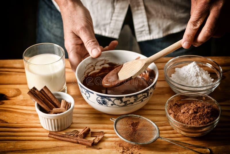 Подготовка десертов шоколада с ингредиентами вокруг - desaturated влияние - выборочного фокуса стоковое фото