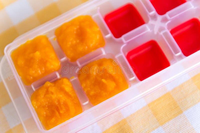 Подготовка детского питания, домодельного Здоровый кипеть или испаренный crinkle отрезал свежие морковей подготавливая быть сдела стоковые фотографии rf