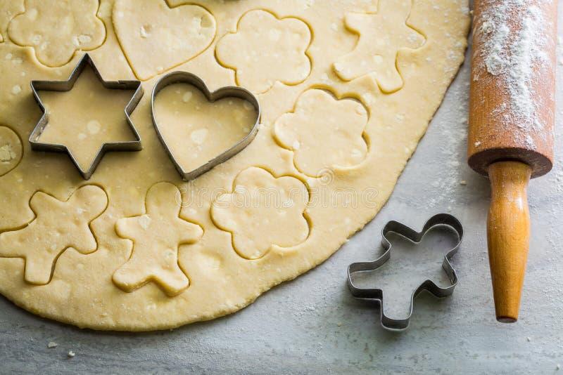 Подготовка для печь вкусные печенья масла на серой таблице стоковые фотографии rf