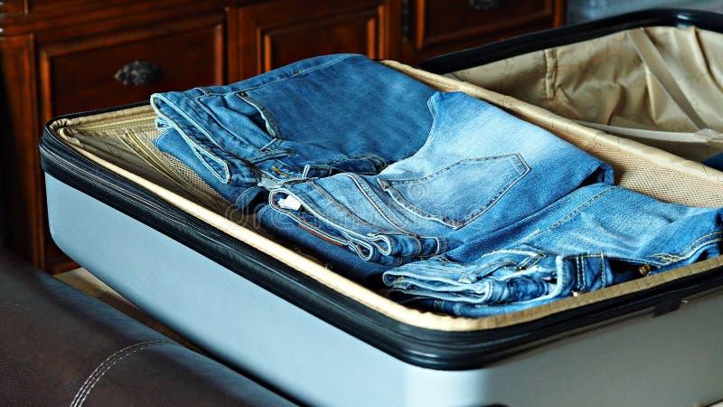 Подготовка для путешествовать путем паковать suitacse стоковая фотография rf
