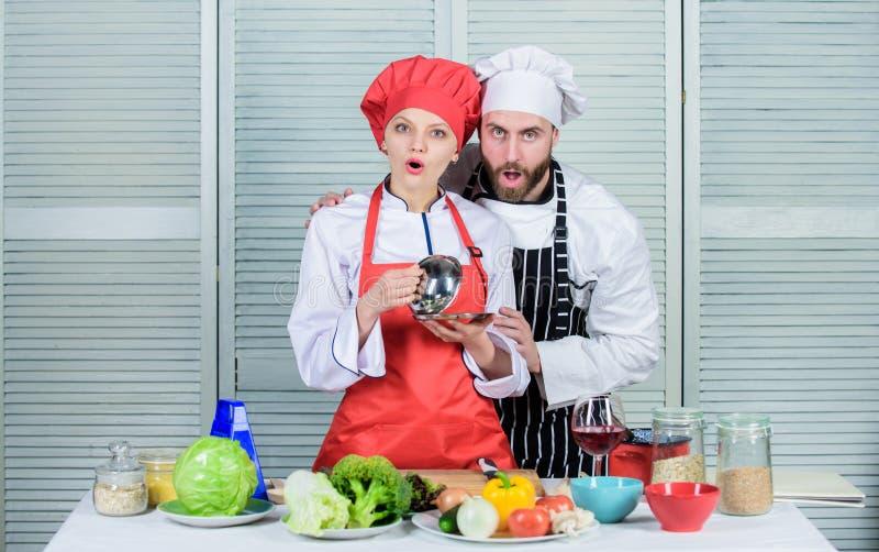 Подготовка и кулинарная концепция счастливые пары влюбленн в здоровая еда шеф-повар человека и женщины в ресторане Семья стоковые фото