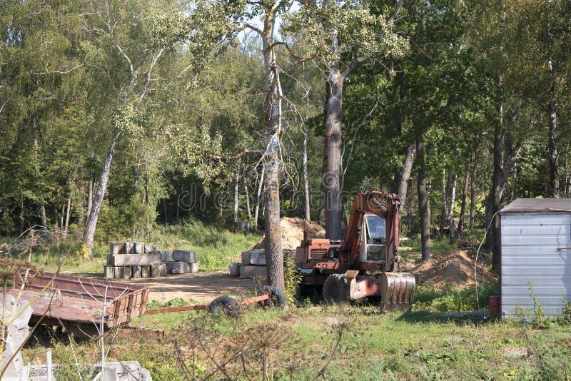 Подготовка места в лесе для конструкции частного дома стоковое изображение