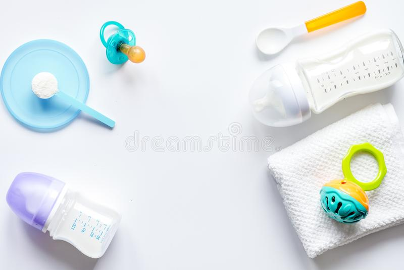 Подготовка младенца смеси подавая на белом взгляд сверху предпосылки стоковая фотография