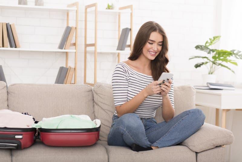 Подготовка на праздники Счастливая женщина отправляя SMS по телефону стоковое фото