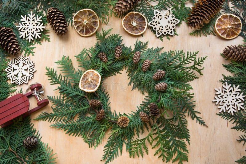 Подготовка на праздник рождества Состав рождества венка, оформления, сухого апельсина, саней и снежинок Sp взгляд сверху и экземп стоковые изображения rf