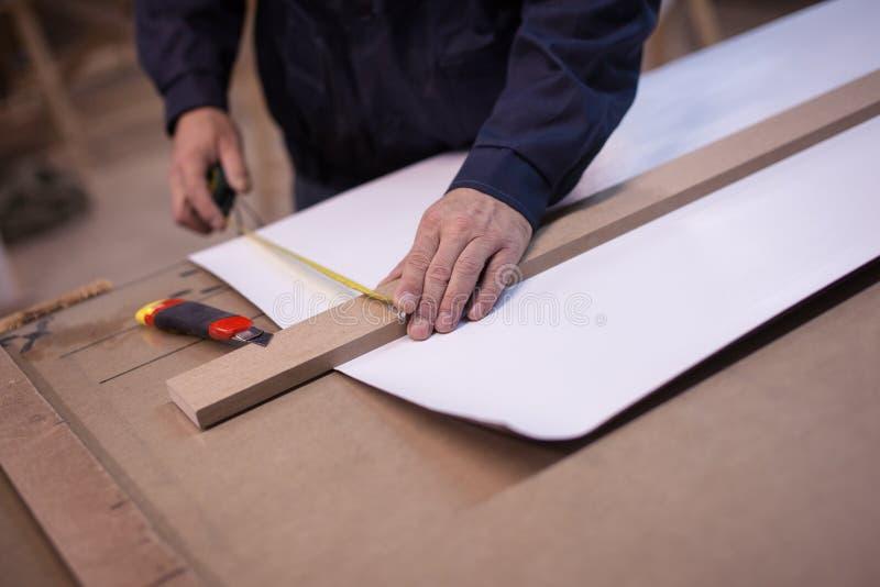 Подготовка отрезать белый длинный лист бумаги стоковое изображение