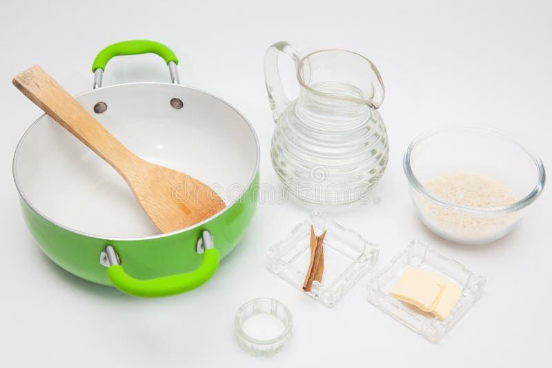 Подготовка риса для рисового пудинга стоковые изображения rf