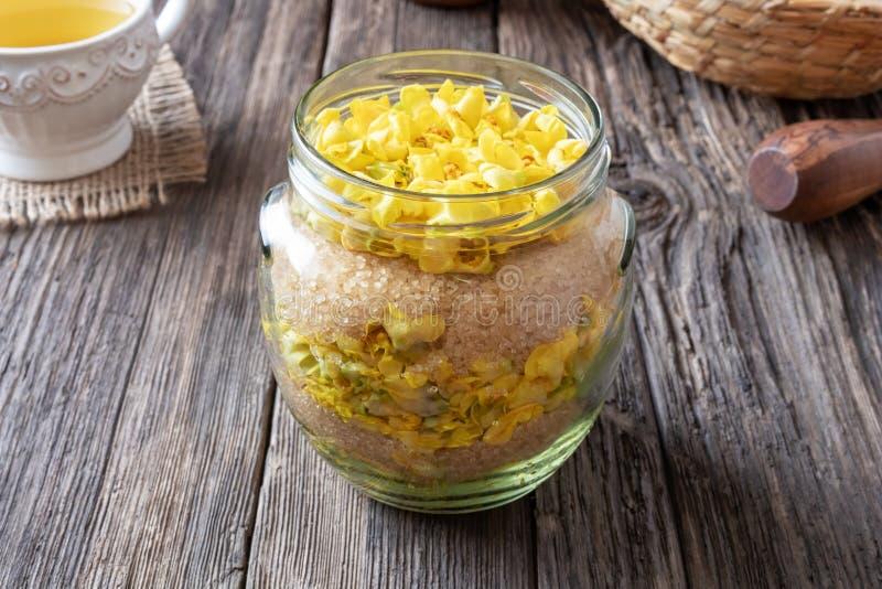 Подготовка сиропа mullein от свежих цветков verbascum стоковые изображения rf