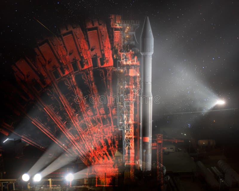 Подготовка старта ракеты предстартовая вечером стоковые фотографии rf