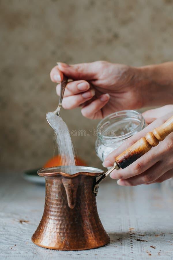 Подготовка турецкого кофе с shugar стоковые изображения rf