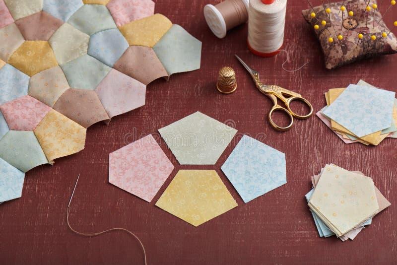 Подготовка частей пентагона ткани для шить блока заплатки, части верхней части лоскутного одеяла и шить аксессуаров стоковые фотографии rf