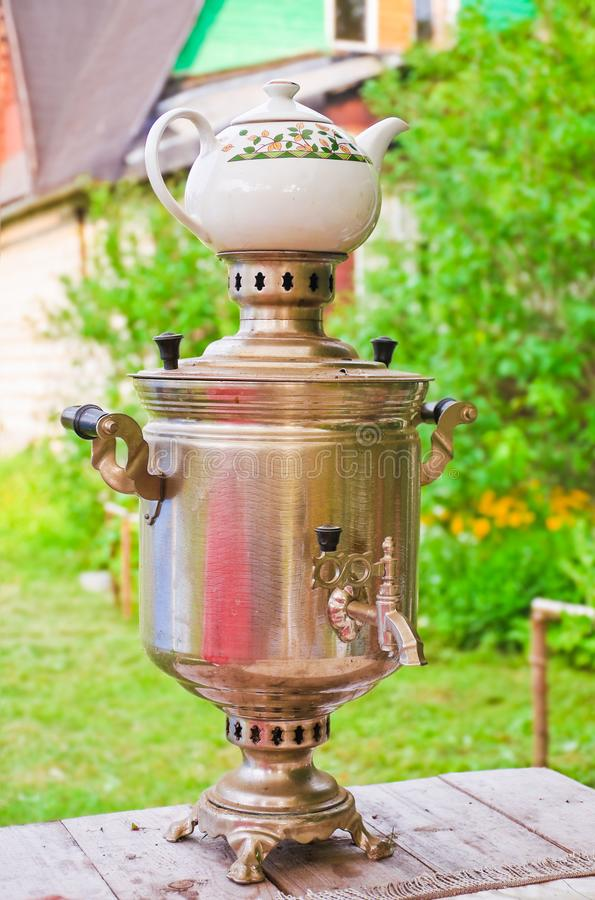 Подготовка чая в реальном самоваре на швырке стоковое изображение rf