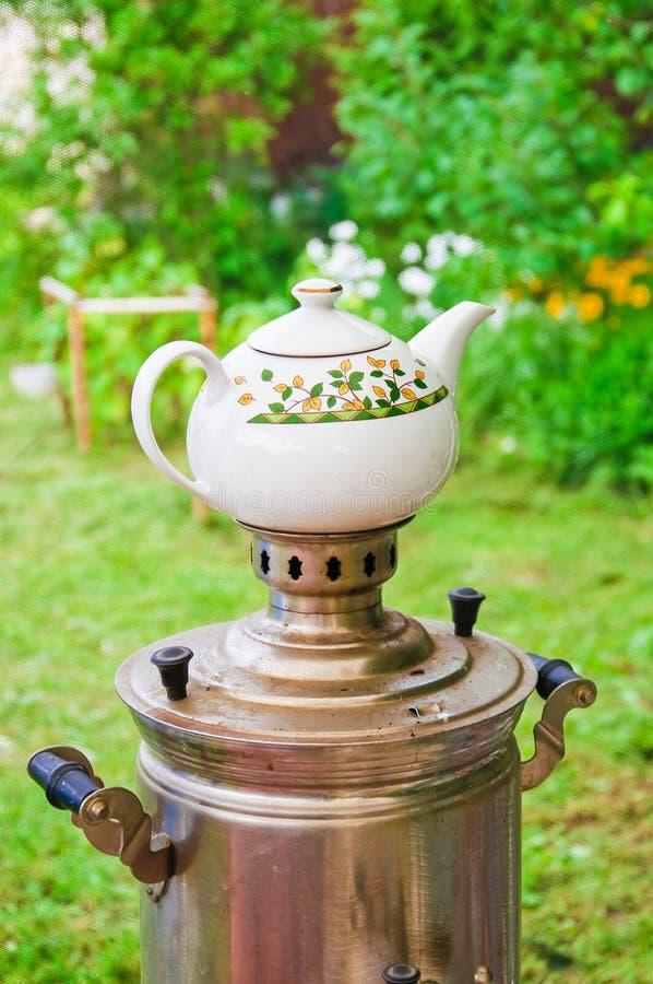 Подготовка чая в реальном самоваре на швырке стоковое фото