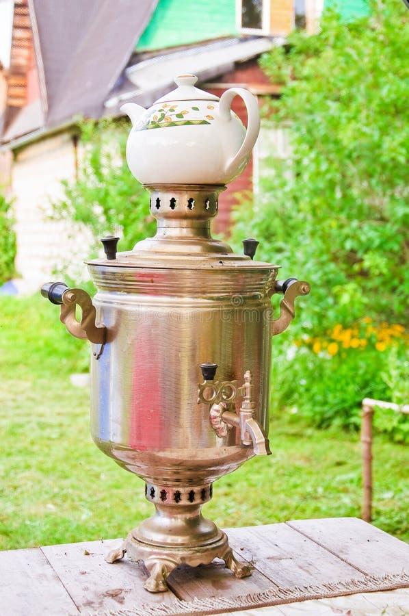 Подготовка чая в реальном самоваре на швырке стоковые фото