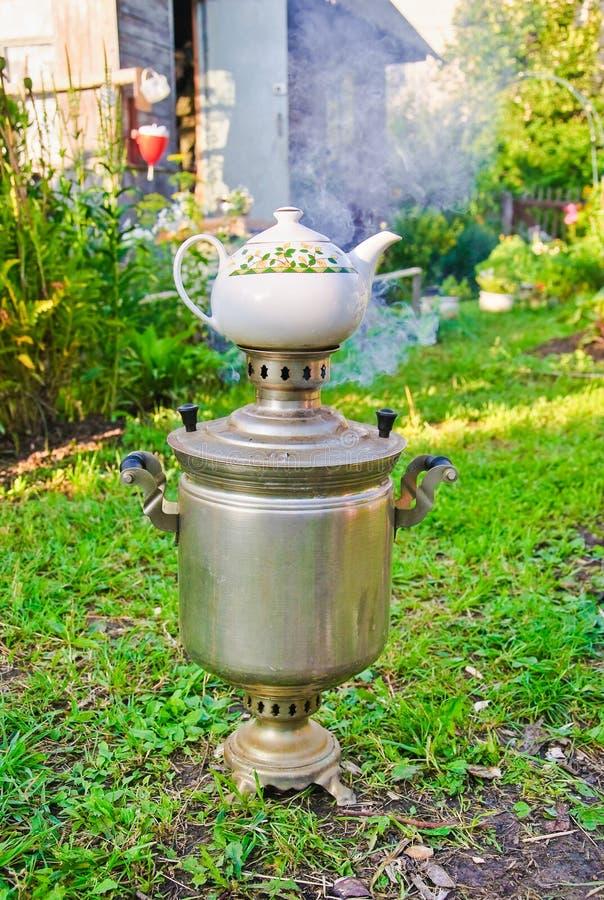 Подготовка чая в реальном самоваре на швырке стоковые фотографии rf