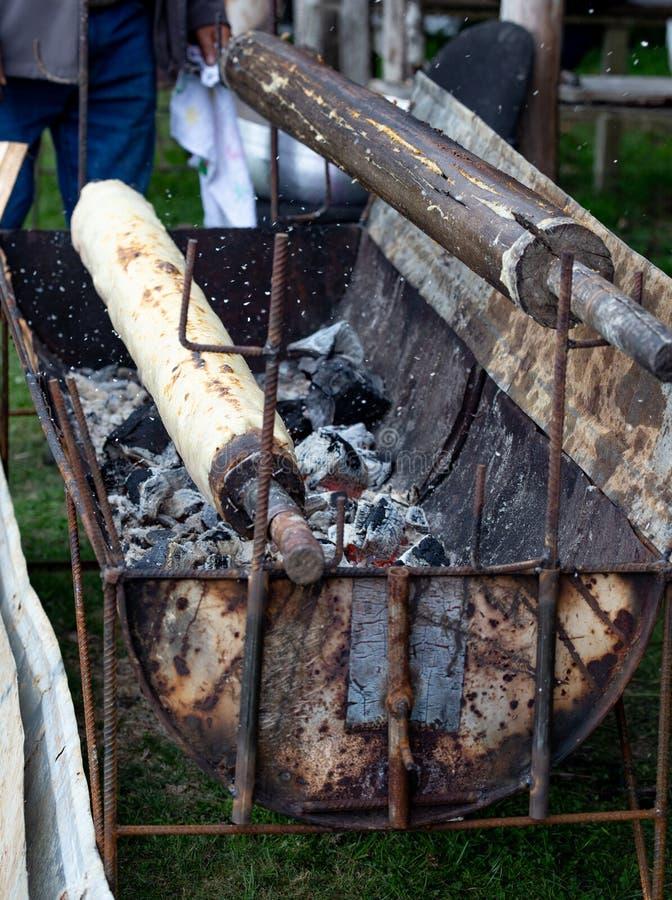 Подготовка CHOCHOCA - пища для батата на острове Чилоэ, Чили Хлеб чиилотанского картофеля, приготовленный на деревянной палке стоковые изображения rf