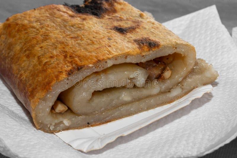 Подготовка CHOCHOCA - пища для батата на острове Чилоэ, Чили Хлеб чиилотанского картофеля, приготовленный на деревянной палке стоковые фотографии rf