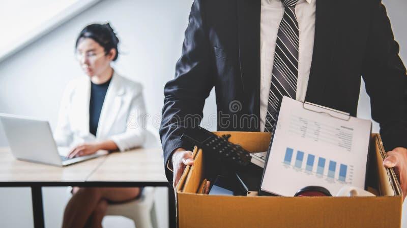 Подготовленное бизнесменом существование воли отправляя уведомление об отставке в компанию и нося пожитки и файлы упаковки в кори стоковые изображения rf