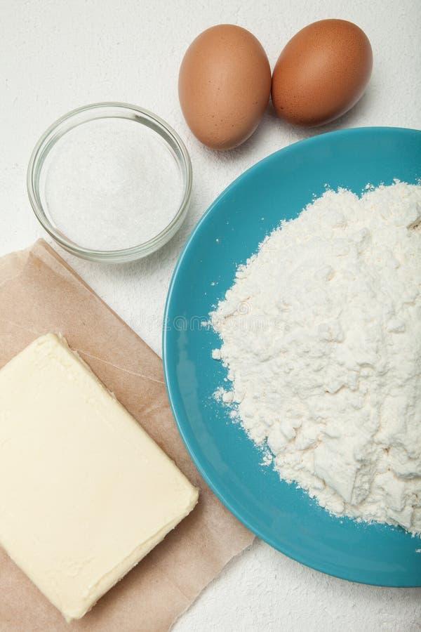 Подготовленные печь ингредиенты на белой предпосылке стоковые изображения rf